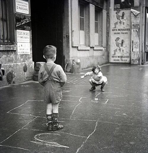 1203-enfants-marelle.jpg1203- enfants jouant ˆ la marelle dans la rue - Paris 1960©Photo BLONCOURT