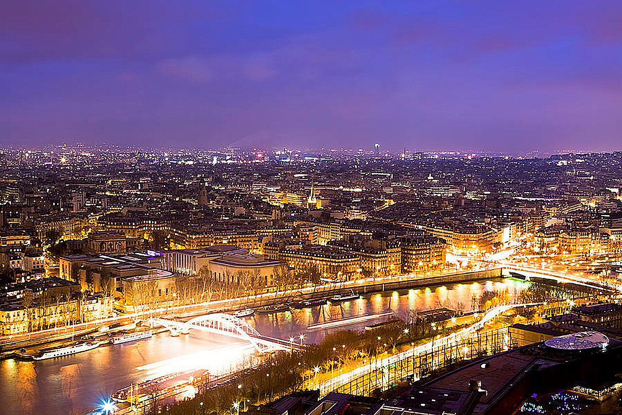 Париж и Сена  на фоне ночного неба. Paris And The River Seine Skyline View At Night, by Mark Tisdale,