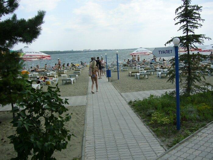 Аллея ведёт напляж