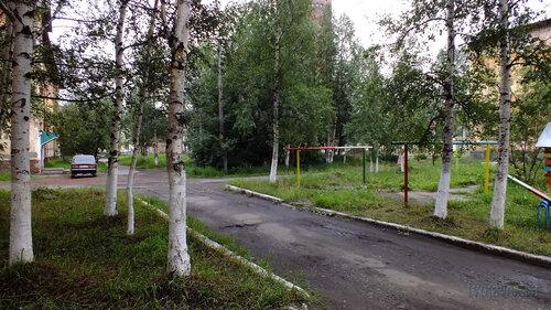 Фотография Инты №5335  Двор Мира 5 (слва видна часть Мира 3, справа - Социалистической 4а) 30.07.2013_13:24