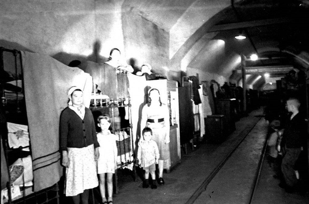 Вид общежития 2-го Спецкомбината, находящегося в туннеле. Май 1942 г. Севастополь.