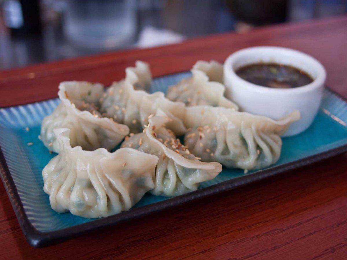 1. Популярный вид пельменей — китайские цзяоцзы — обжаривают в сковороде с одной стороны, а затем ва