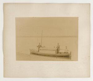 Лодка на которой был проделан путь от Сольвычегодска до Чердыни (950км за шесть недель). В центре - Господин Шокальский
