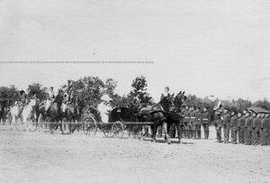 Император Николай II и шеф полка императрица Александра Федоровна проезжают в коляске вдоль  фронта полка во время парада.