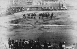 Мужские и женские группы на плацу во время конных состязаний.
