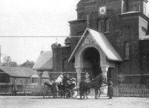 Шеф полка великая княгиня Мария Павловна  выходит из коляски у полковой церкви в день смотра Драгунского полка .