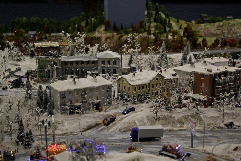Гранд макет: зимний городок. Засыпанные снегом крыши, буксующие машины, расчищающий дороги ротрак