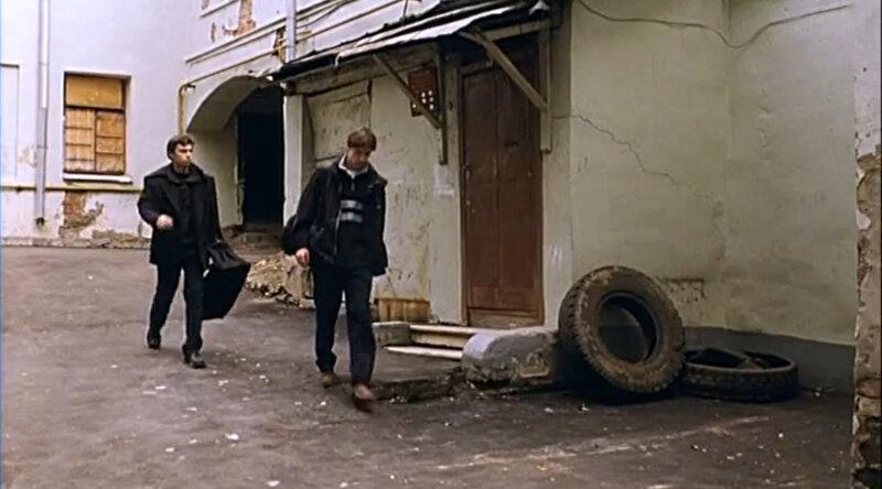 Кадр из фильма Брат 2. Двор дома Ярошенко