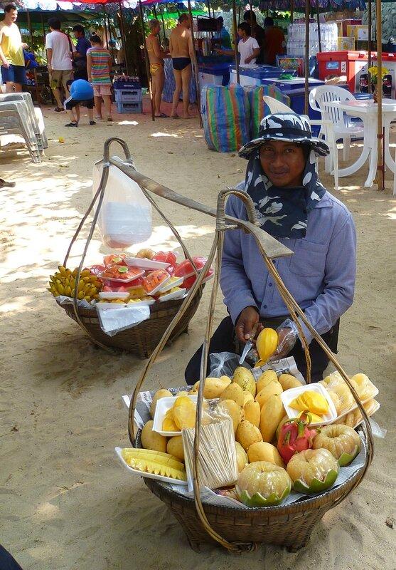 Таиланд - разносчик фруктов на пляже (Thailand - fruit peddler on the beach).