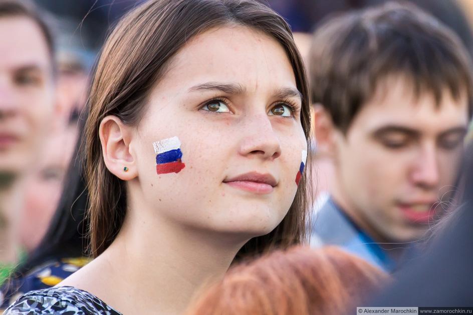 Девушка с флагом России нарисованным на лице