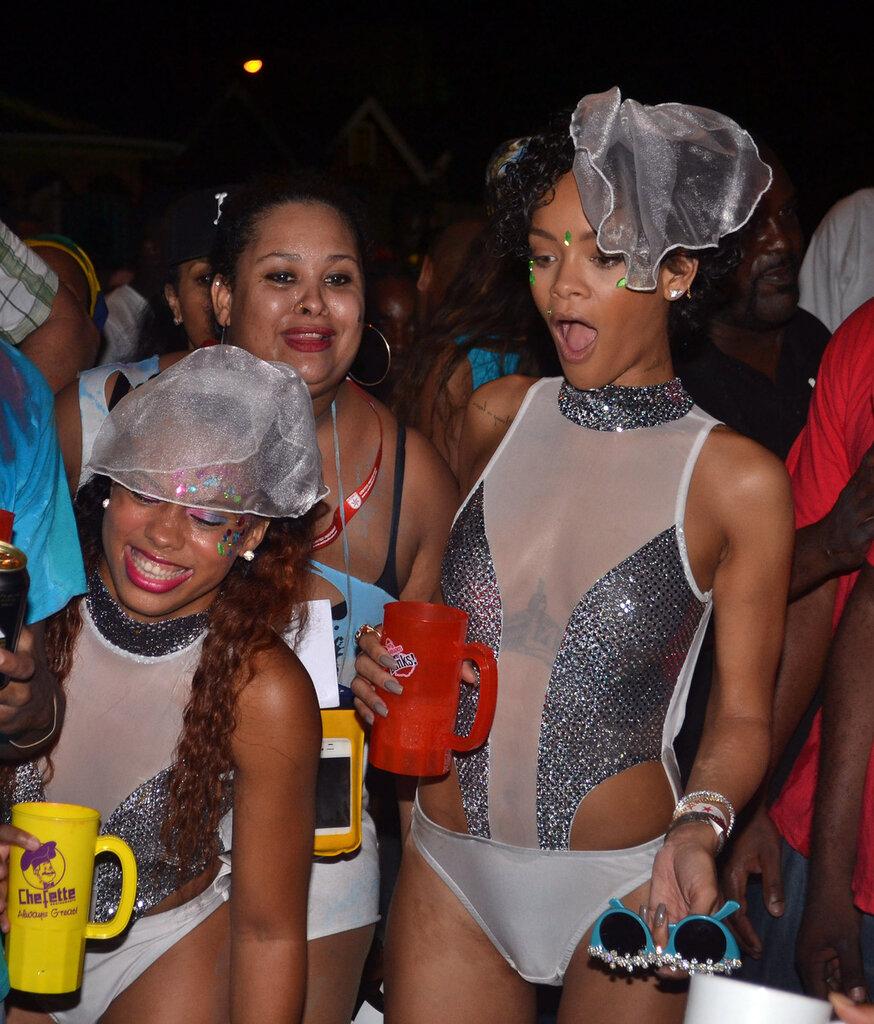 Рианна на какой-то вечеринке на Барбадосе