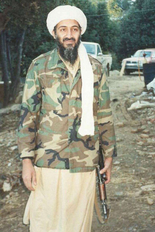 Усама бен Ладен держит автомат Калашникова