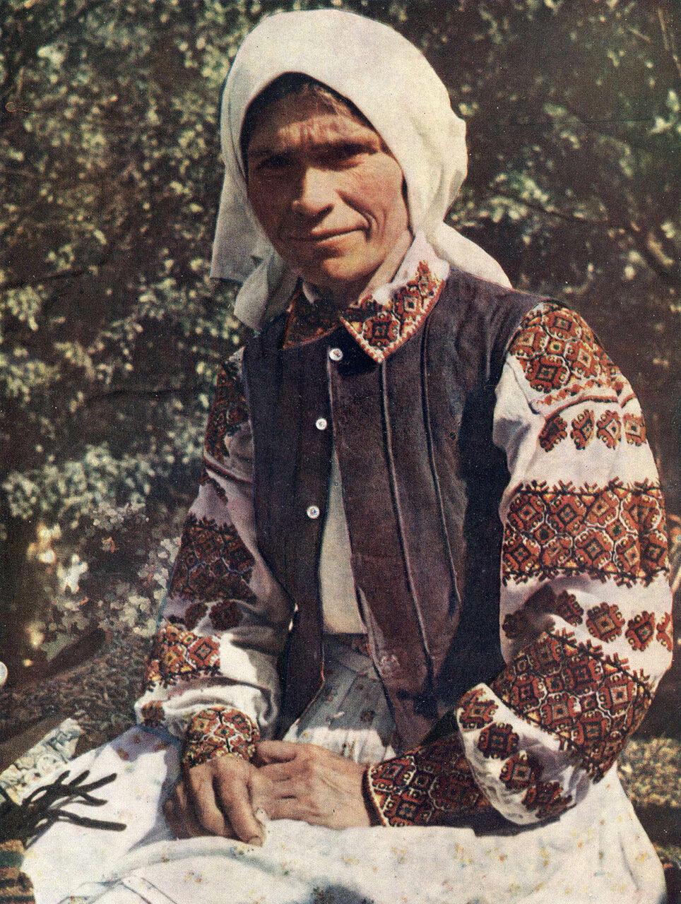 Пожилая женщина в повседневной одежде. Львовская обл.