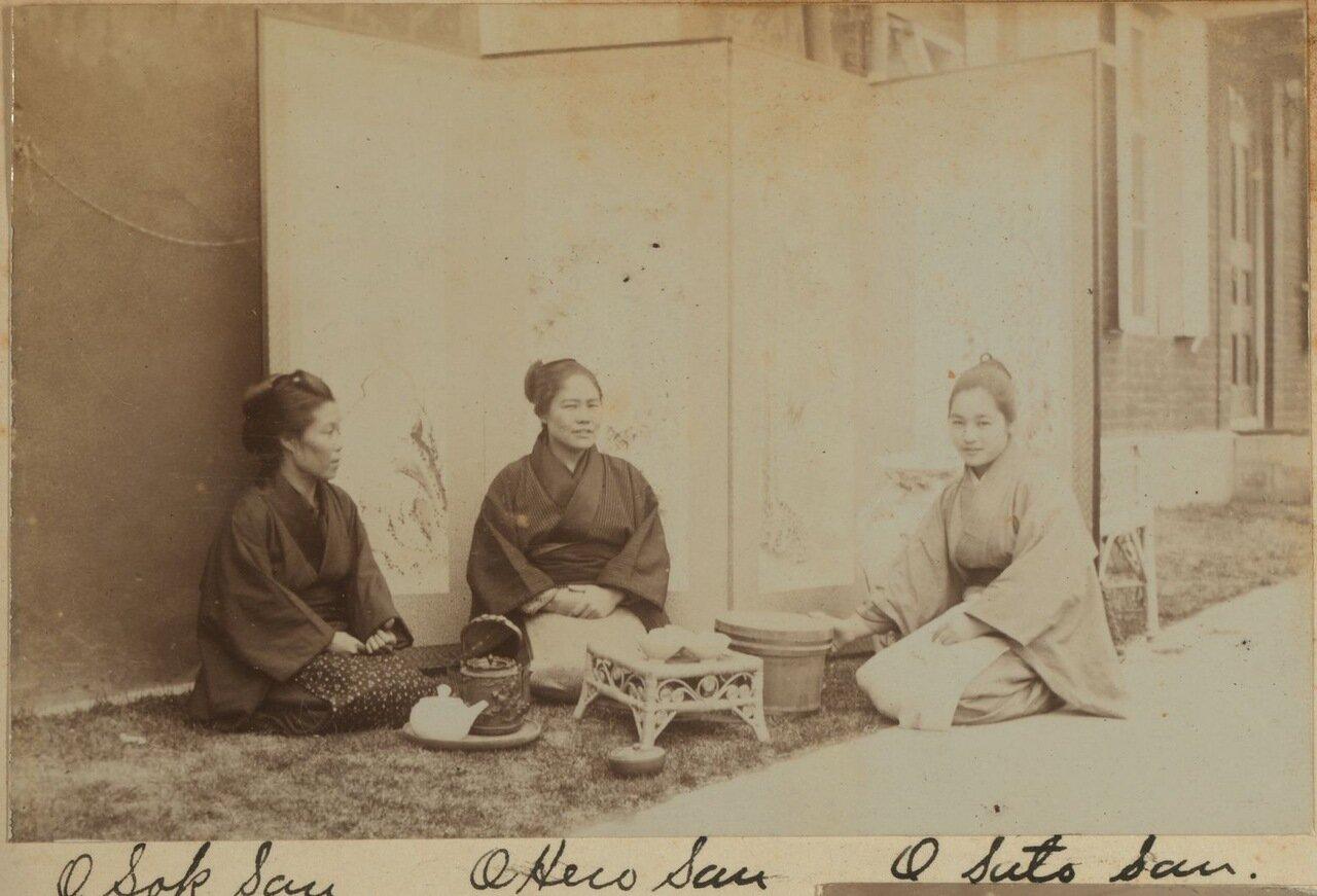 Японские горничные пьют чай на лужайке рядом с кухней. Дом Смита, 1899