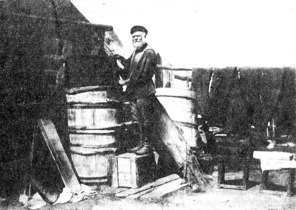 Северорусский красильщик, красящий холст в деревянной бочке. Сибирь. Енисейская губ.