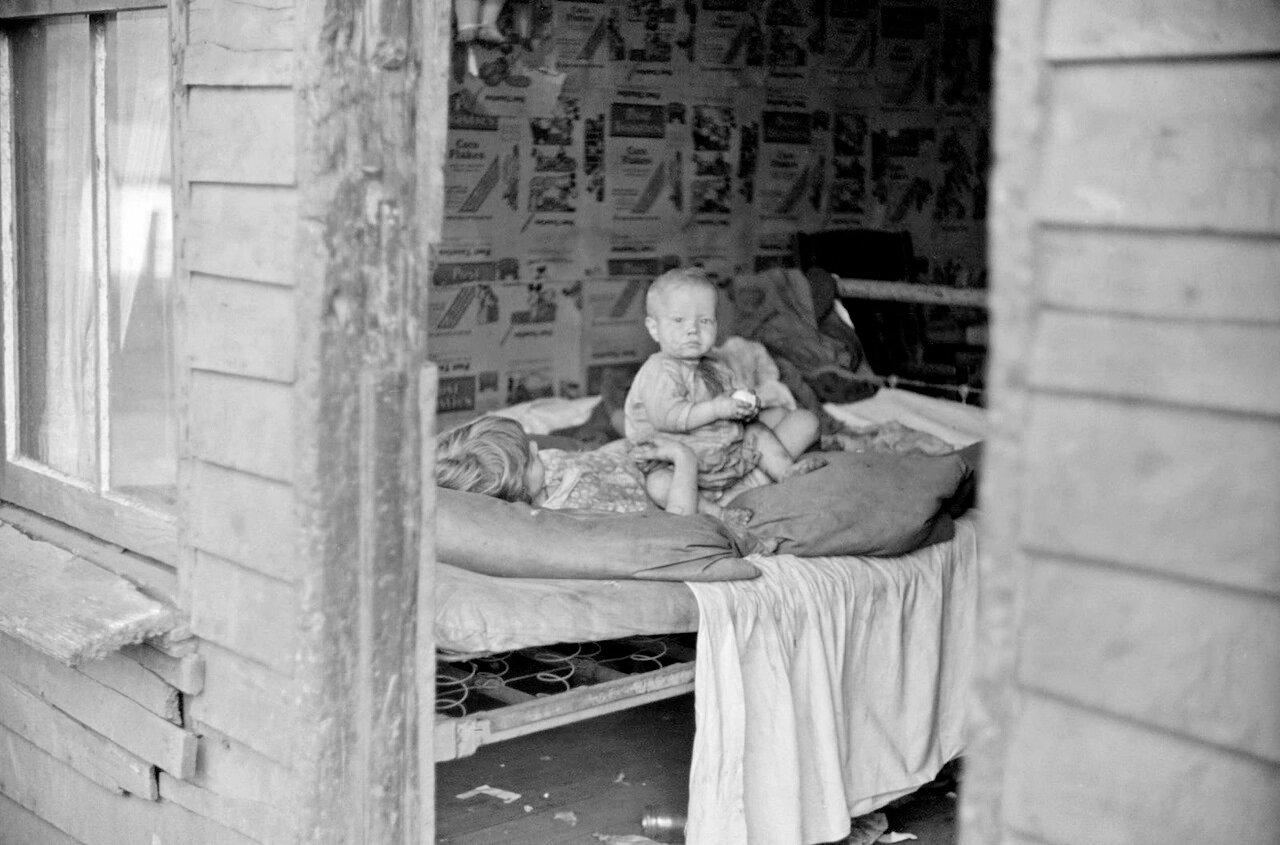 Дети в спальне дома. Чарльстон, Западная Вирджиния, 1938