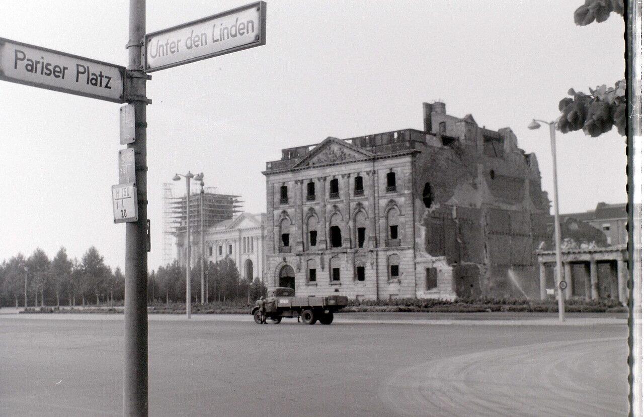 9 сентября 1959. Возле Бранденбургских ворот, Берлин