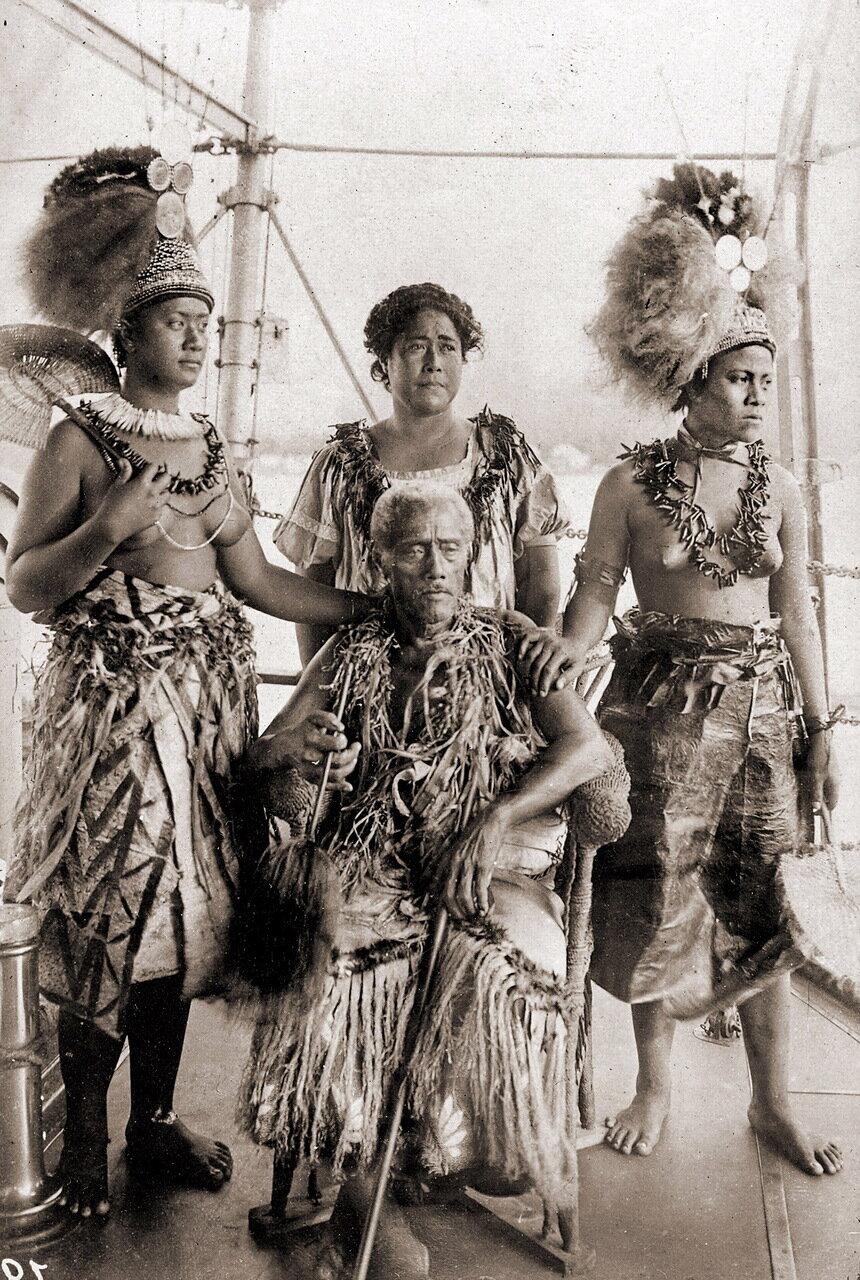 Король Матаафа(1832-1912), его жена Талала и дочери в традиционной одежде. Самоа, 1900