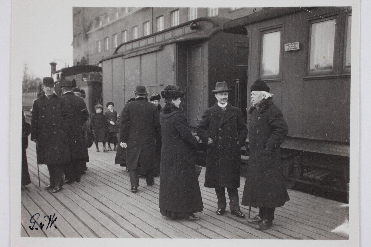 Лисбет, Ричард и Ф.Р. Фалтин на железнодорожном вокзале. 1910