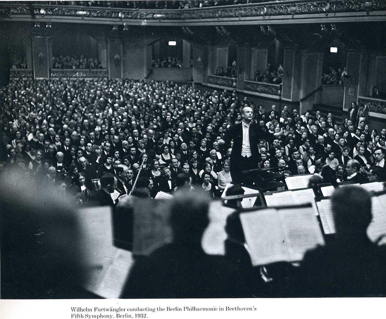 1932. Вильгельм Фуртвенглер дирижирует на концерте в Берлинской филармонии