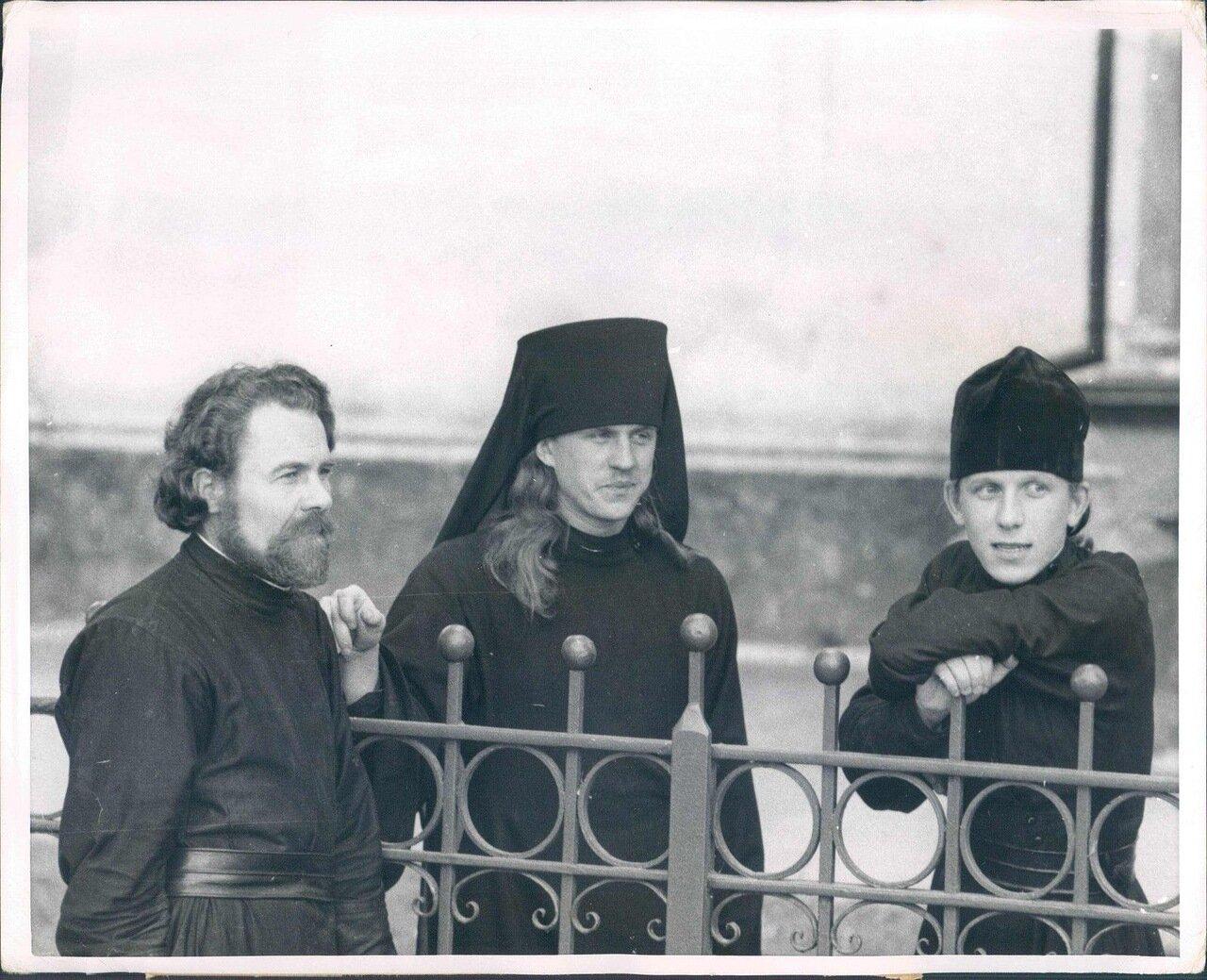 1955.  Молодые монахи любят проводить досуг на открытом воздухе