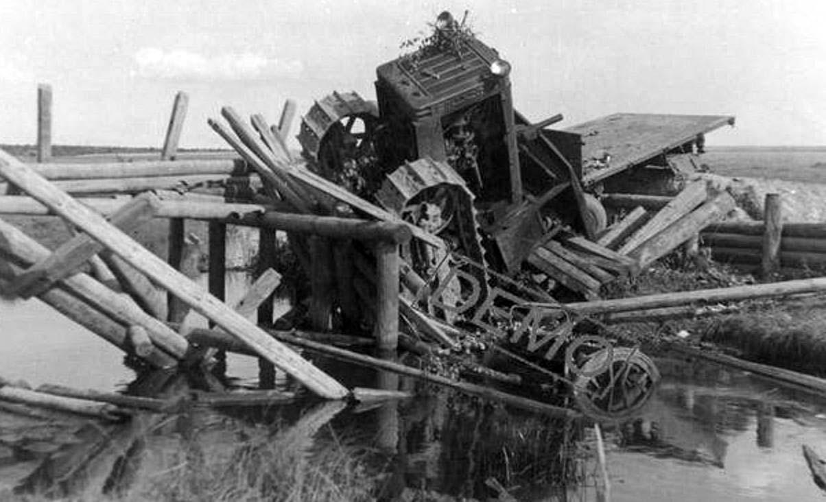 Упавший с моста трактор С65.
