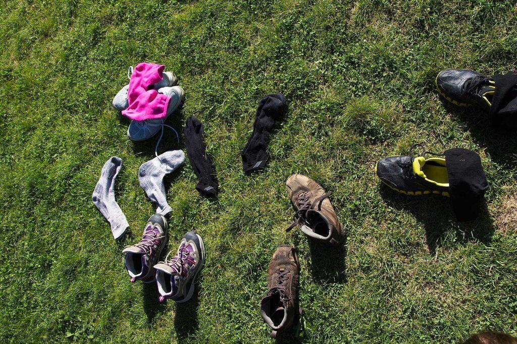 Мокрые ботинки сохнут на солнышке