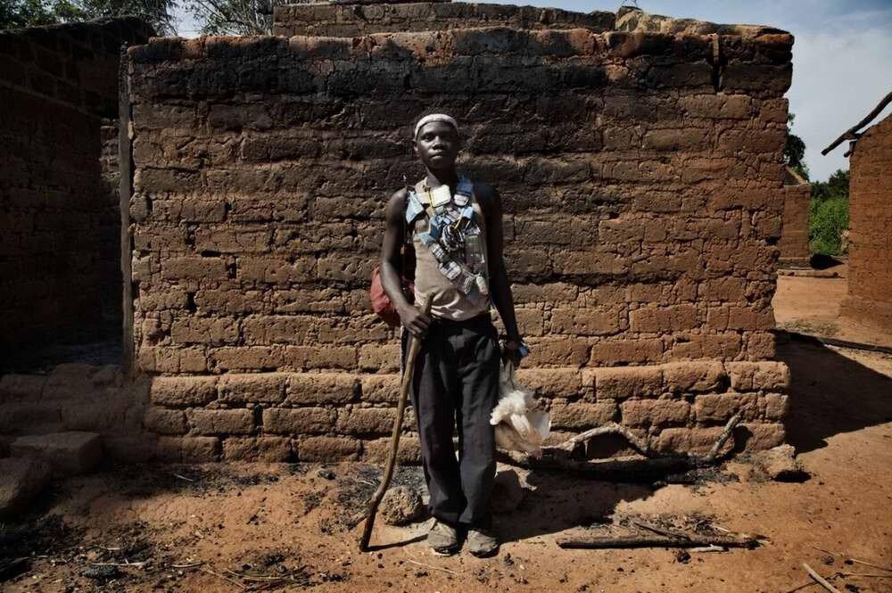 Боец христианского движения Anti-Balaca, вышедший из джунглей в свою разоренную деревню в поисках хоть какого-то пропитания