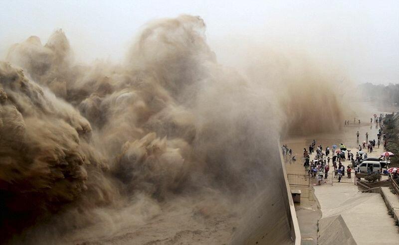 Китайцы пришли посмотреть на открытие дамбы