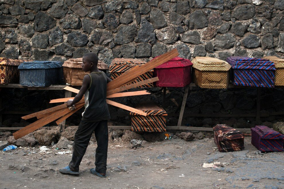 родажа гробов в Гоме, Демократическая Республика Конго