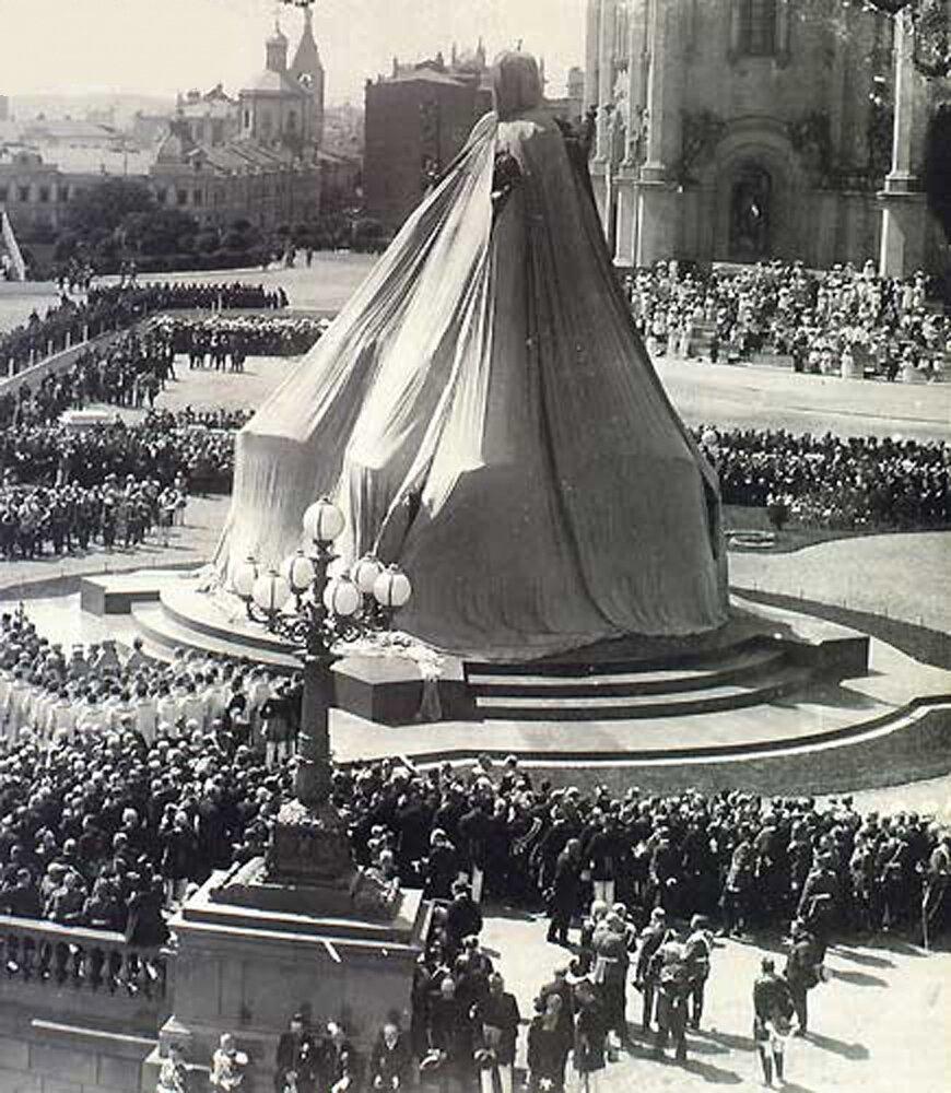 Памятник императору Александру III под покрывалом