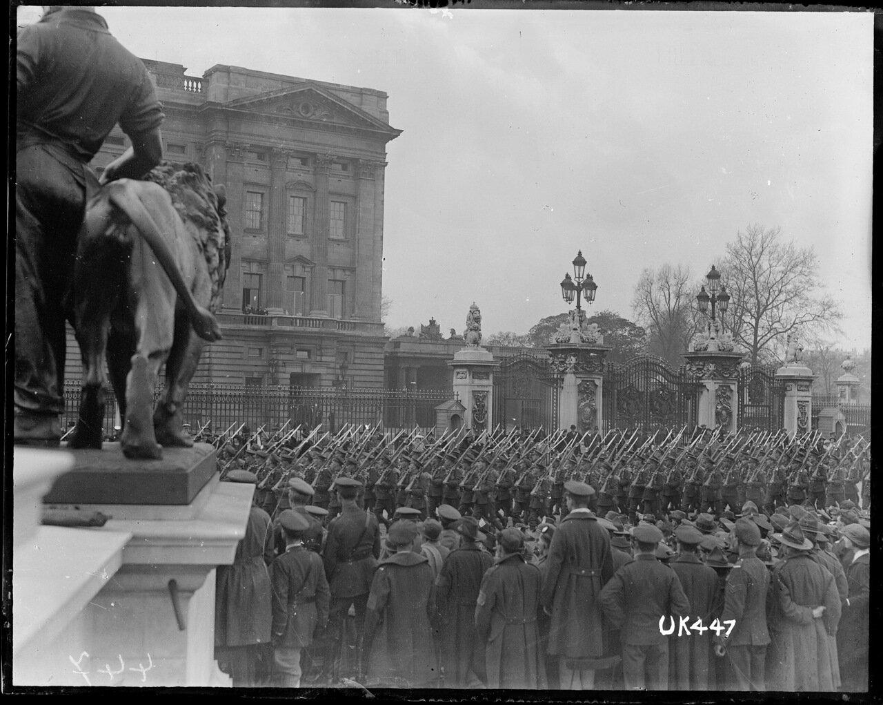Солдаты маршируют на параде в Лондоне