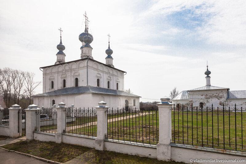 Петропавловская и Никольская церкви рядом со Святыми вратами Покровского монастыря в Суздале