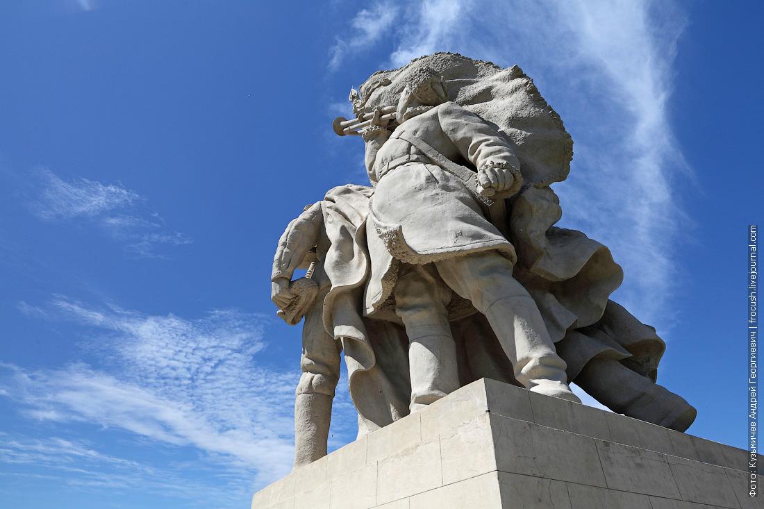 У памятника высокая детализация. Даже видна овечья шерсть на дубленке