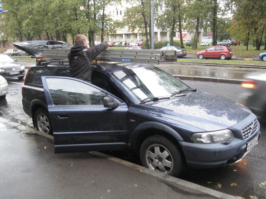 Фото 1. Работа электриком на личном легковом автомобиле: на дежурство как на праздник! Погрузка раздвижной лестницы на крышу (дуговой багажник) транспортного средства.