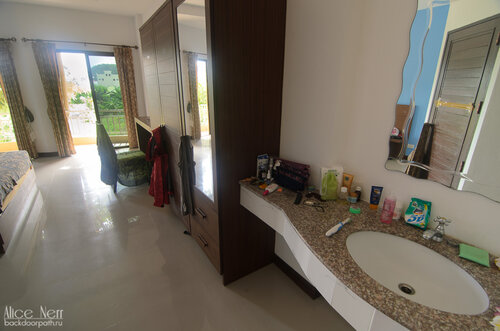 Самое крутое в квартире (после французских окон) - куча здоровых зеркал! Я по ним соскучилась Х)