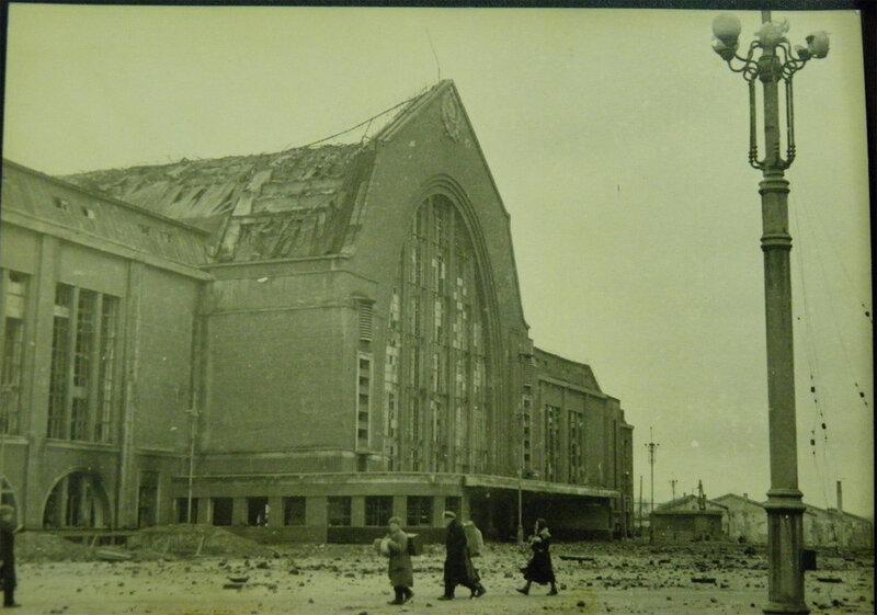 . Пострадавшее от бомбежек здание киевского вокзала, ноябрь 1943 года.