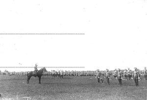 Командир полка дает команду к началу гимнастических упражнений .