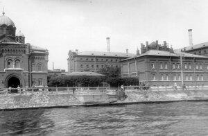 Второй корпус тюрьмы одиночного заключения. Справа жилой дом для служащих; слева входное здание.