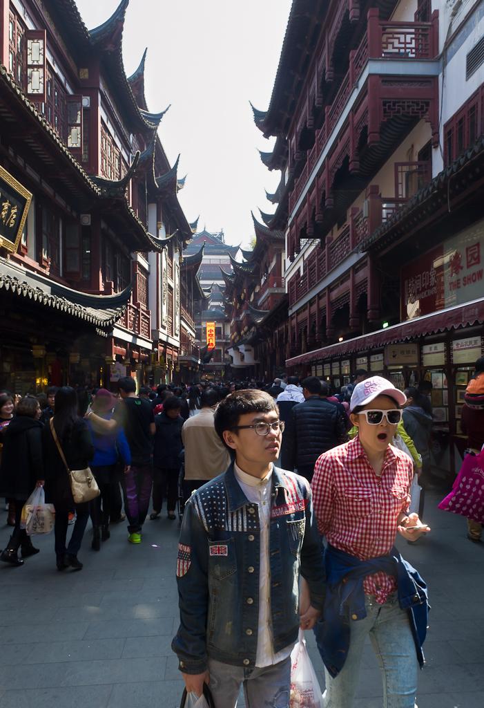 2. Туристы в Старом городе (The Old City of Shanghai). Что можно посмотреть за один день в Шанхае. Отчет о самостоятельном путешествии по Китаю.