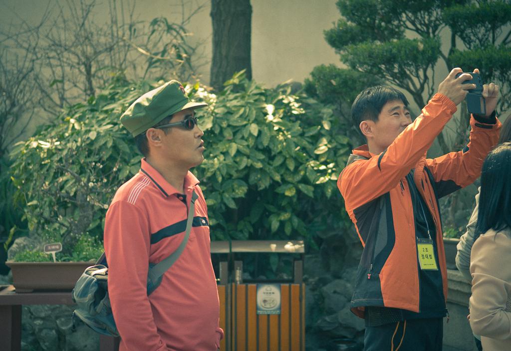 13. Местные туристы в Китае - оригиналы и модники. Такую публику можно встретить в Саду радости в Шанхае.