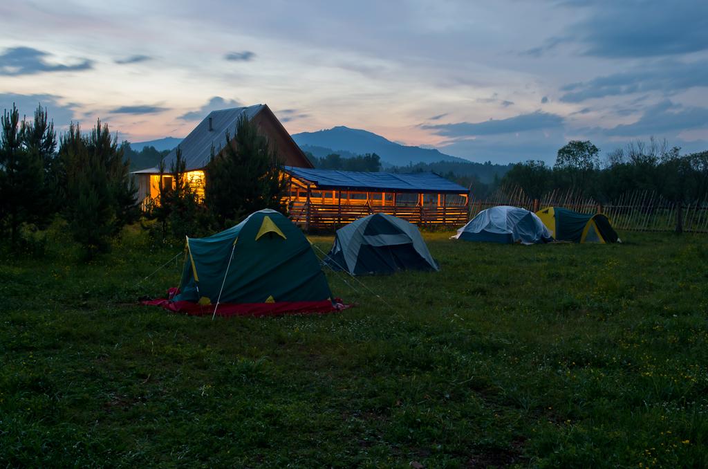 """13. Палата №2 в базе отдыха """"Малиновка"""". На заднем плане - гора Ялангас, куда мы поднимались верхом на лошадях"""