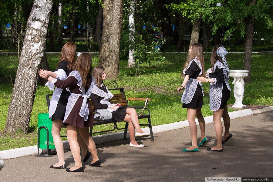 Школьницы вальсируют в парке. Последний звонок в Саранске