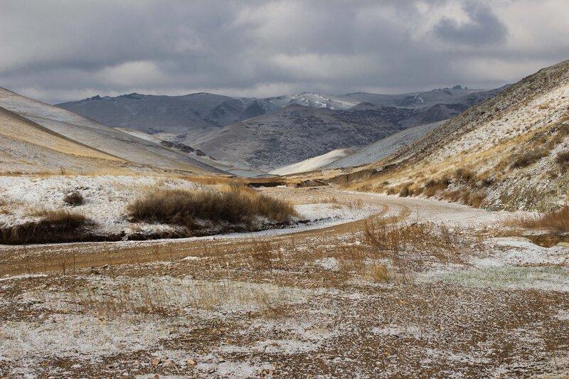 горы в снегу во внутренней монголии, китай