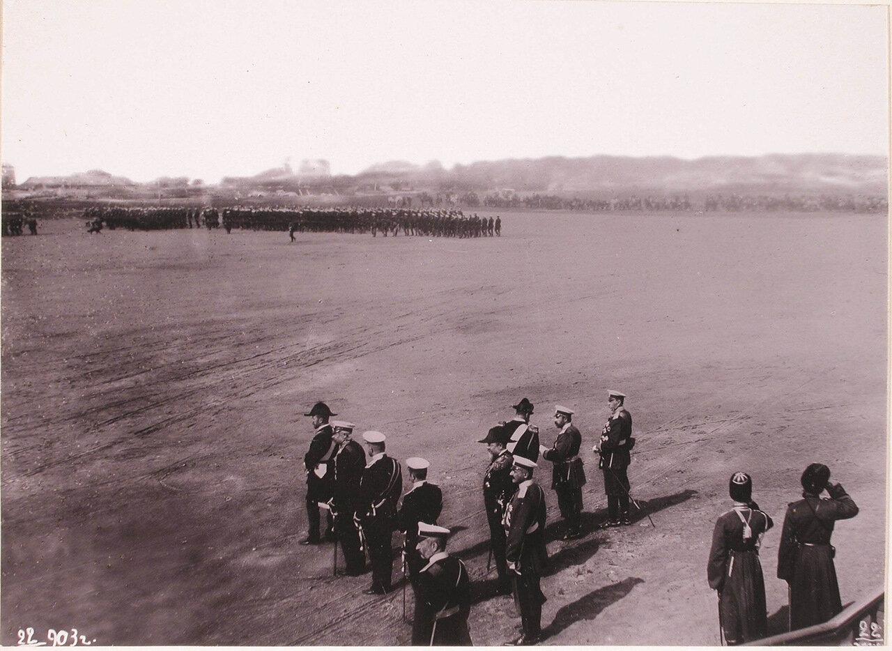 Император Николай II (в группе первый слева) и сопровождающие его военные чины принимают парад войск во время визита их императорских величеств в порт императора Александра III для освящения Морского собора