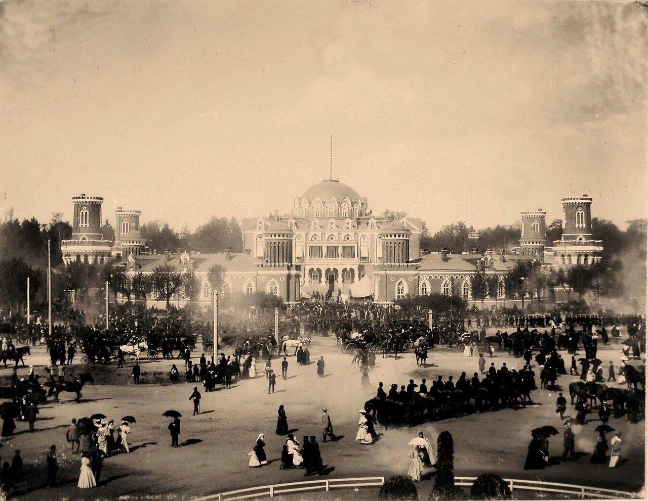 Горожане, военные и гражданские чины, гости, приглашённые на торжества коронации, на площади перед Петровским подъездным (путевым) дворцом