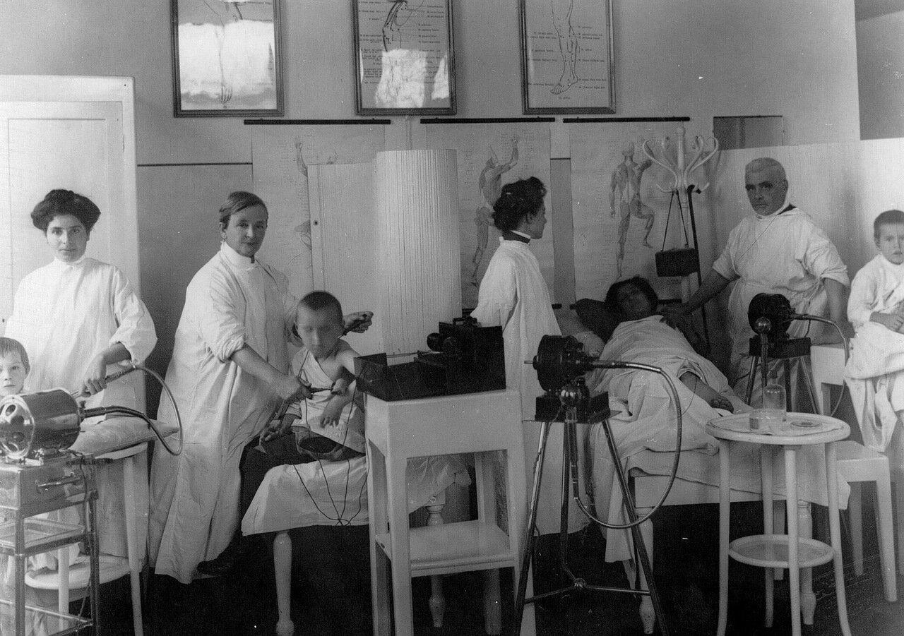 116. Врачи ортопедической клиники академии и профессор Г.И.Турнер (3-й справа) с пациентами в одном из кабинетов