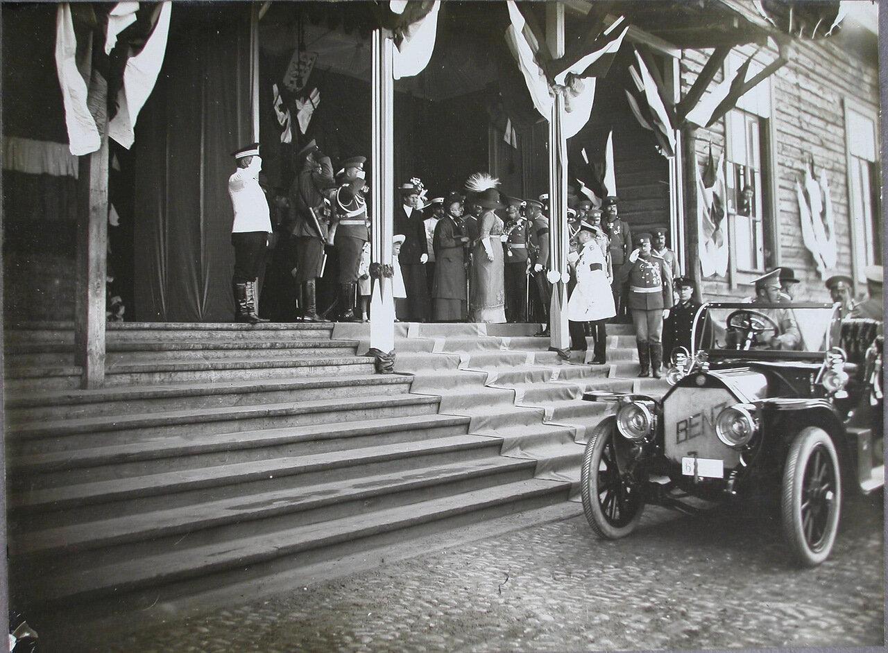 12. Высшие офицерские чины встречают великого герцога Гессенского, прибывшего для участия в смотрах