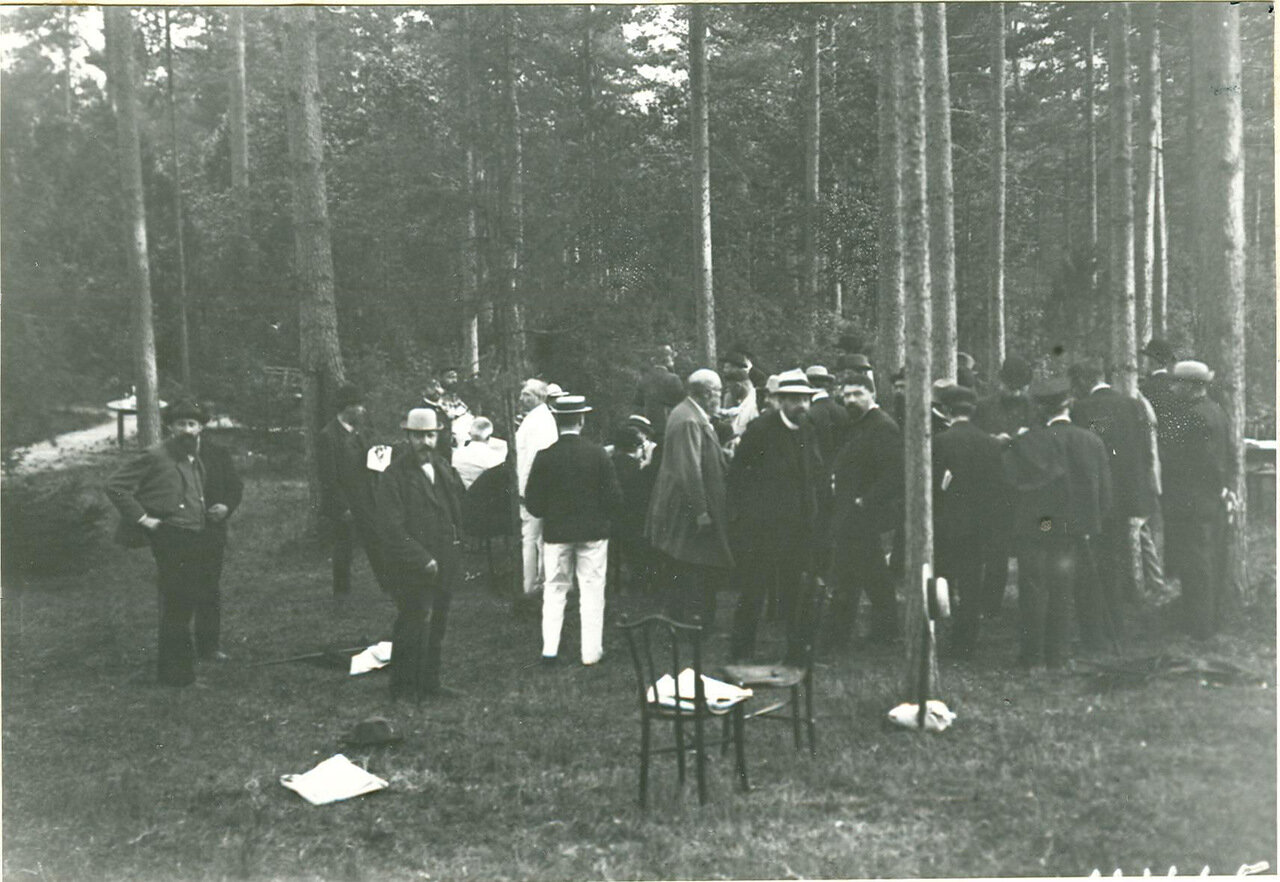 Группа депутатов Первой Государственной думы - представителей Конституционно-демократической партии перед совещанием после подписания Выборгского воззвания