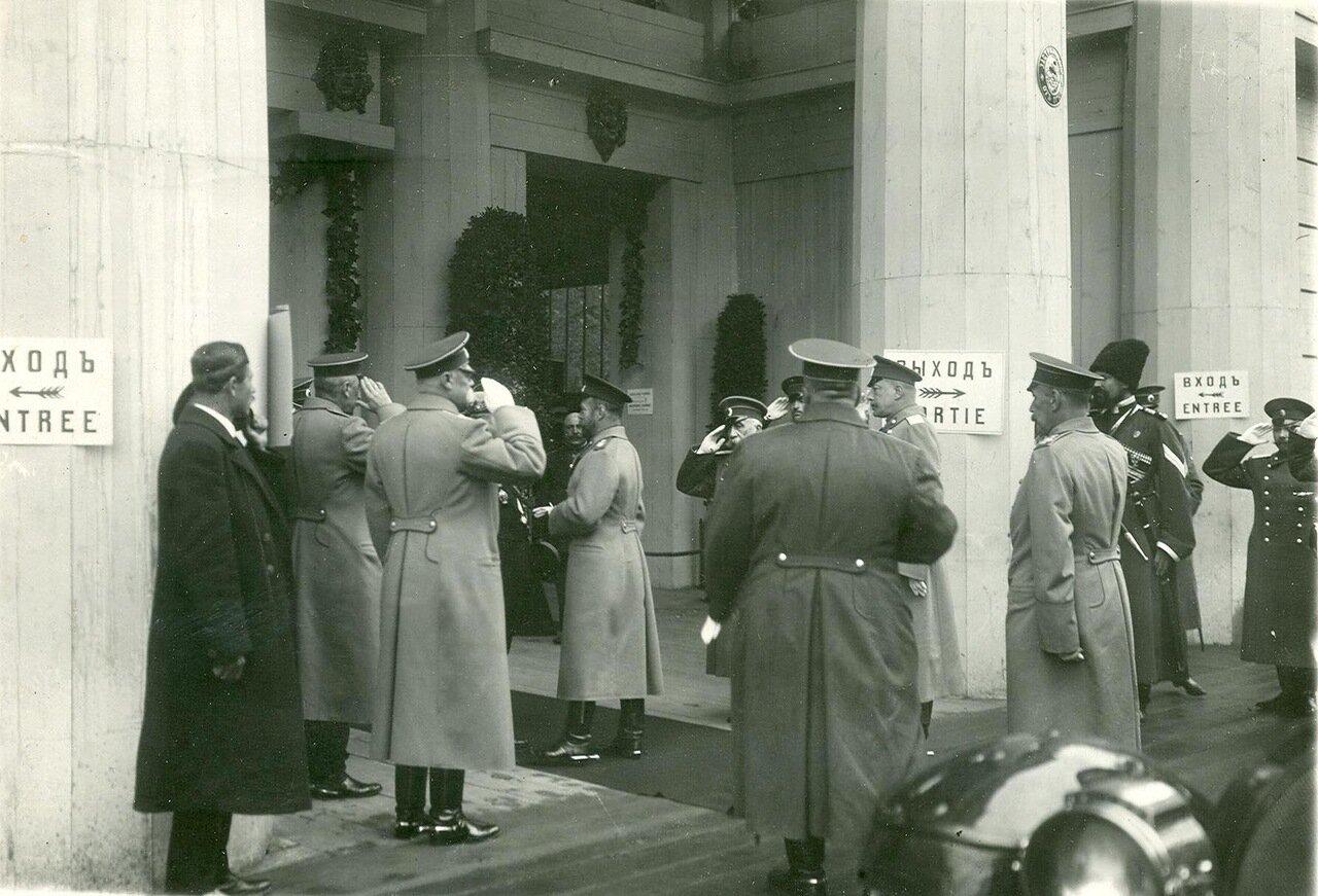 03. Император Николай II и сопровождающие его лица у входа на выставку